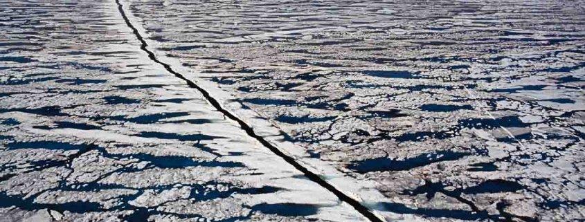 Mare Artico 1998 Fotografia Fine Art 100×70 cm carta cotone 320 g/mq. Una scia di un rompighiaccio sul Mare Artico. Alaska 1988.