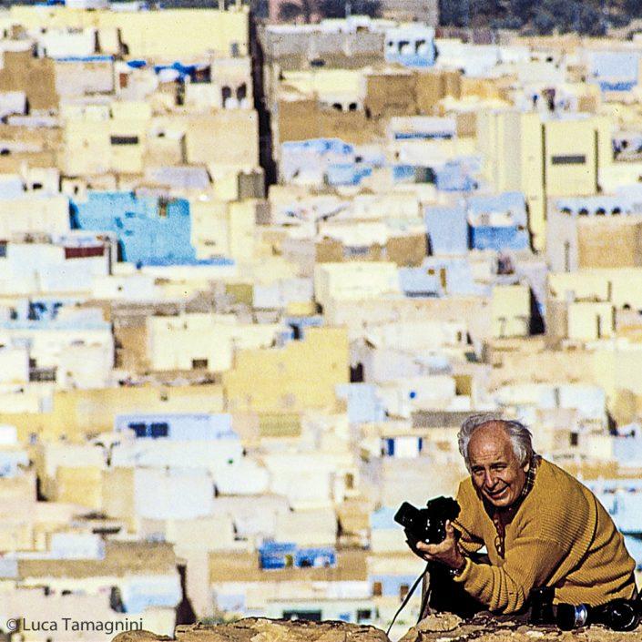 Folco Quilici con la sua Hasselblad, Gardaia, Algeria, 1986