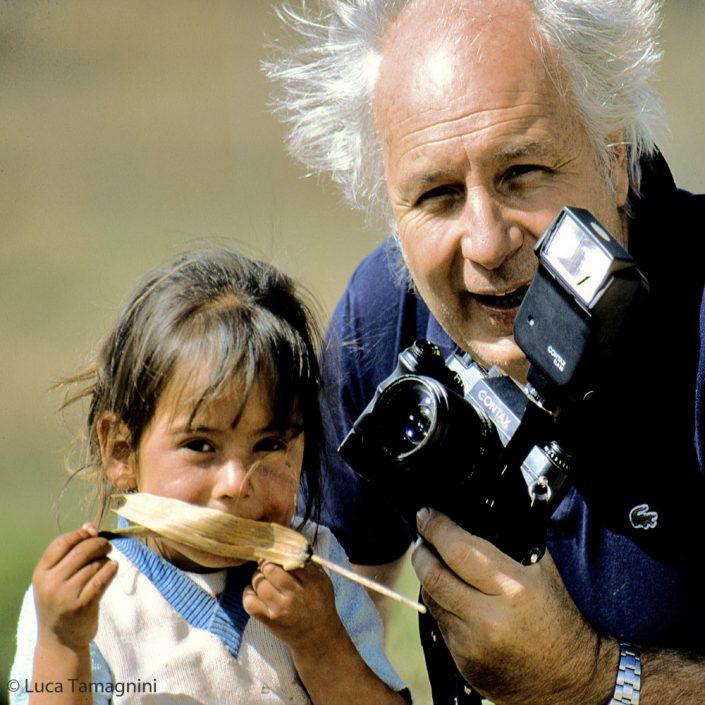 Folco Quilici con la sua Contax, Sierra Chincua,Stato di Michoacán 1984 - Fotografia di Luca Tamagnini