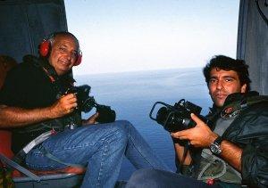 Libro fotografico sui paesaggi costieri italiani - Folco Quilici e Luca Tamagnini in elicottero, Mar di Sicilia, 1990