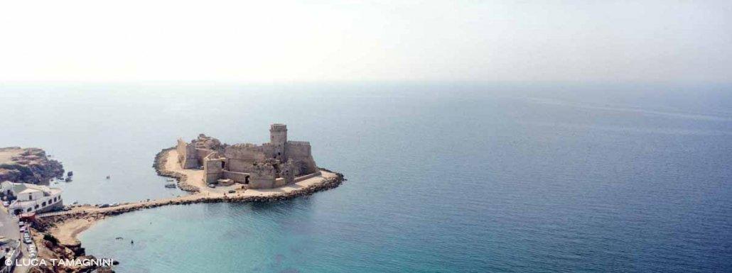 Le Castella dal cielo. Paesaggio marino ripreso dall'elicottero del castello medioevale circondato dal mare / Luca Tamagnini Catalogo 1990-059
