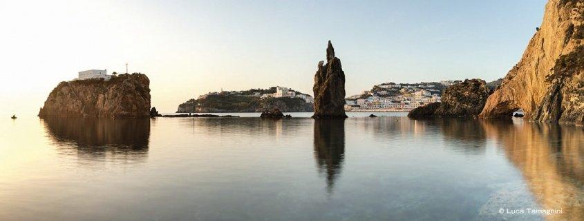 Ponza, il paese e Scoglio Caciocavallo, 2018 - Fotografia di Luca Tamagnini
