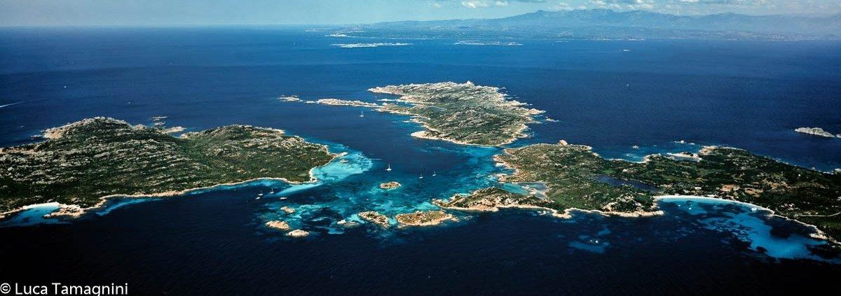 La Maddalena, l'arcipelago della Sardegna del nord: la Rada del Cavaliere detto anche Porto Madonna tra le isole di Budelli Razzoli e Santa Maria. Foto dal cielo di Luca Tamagnini