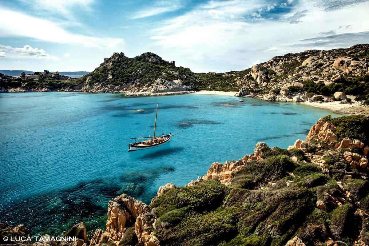 Arcipelago di La Maddalena, Isola di Spargi. Cala Corsara, una vecchia barca (leudo) in rada / Luca Tamagnini Catalogo 2009-005