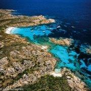 Sardegna, Costa Smeralda, Isola di Mortorio dal cielo con la spiaggia e le barche in rada / Luca Tamagnini Catalogo 2005-043
