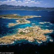 Isola Le Camere e Soffi dal cielo sullo sfondo la Costa Smeralda / Luca Tamagnini Catalogo 2005-042