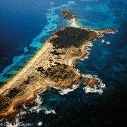 Tavolara, Spalmatore di Terra con il mare traparente a due lati - Foto aerea di Luca Tamagnini