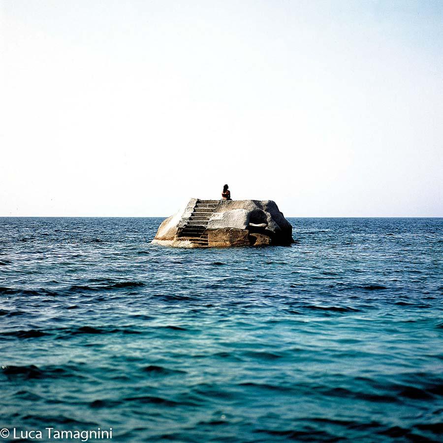La Maddalena, l'arcipelago della Sardegna del nord: Isola di Caprera. Uno scoglio appena fuori la Cala Caprarese che una volta era una cava di granito. Foto di Luca Tamagnini