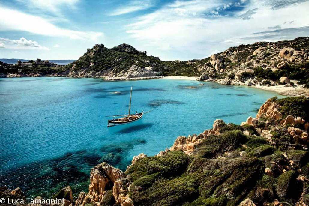 Cala Corsara sull'Isola di Spargi con il leudo Leondas in rada. Foto di Luca Tamagnini
