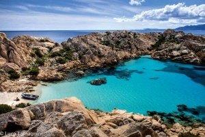 """La Maddalena, l'arcipelago della Sardegna del nord: Cala Coticcio detta anche """"Tahiti"""" a Caprera. Foto dal cielo di Luca Tamagnini"""