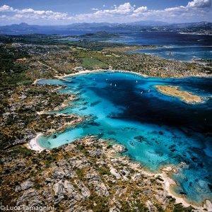 La Maddalena, l'arcipelago della Sardegna del nord: Cala Garibaldi a Caprera. Foto dal cielo di Luca Tamagnini