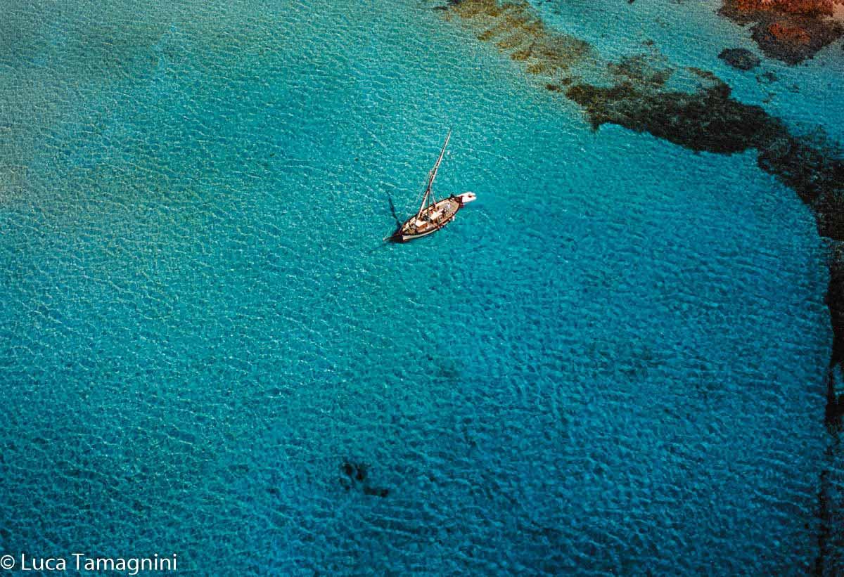 La Maddalena, l'arcipelago della Sardegna del nord: la Spiaggia del Cavaliere detto anche Porto Madonna sull'Isola di Budelli. Foto dal cielo di Luca Tamagnini