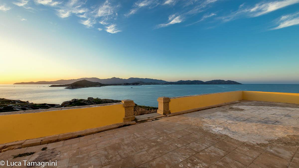 La-terrazza-del-faro-dell'Isola-dei-Cavoli-foto-di-Luca-Tamagnini