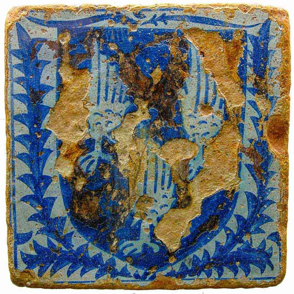 Museo-Archeologico-di-Villasimius-mattonella-smaltata-azulejos-trovata-nel-carico-del-relitto-spagnolo-del-XV-secolo-naufragato-all'Isola-dei-Cavoli