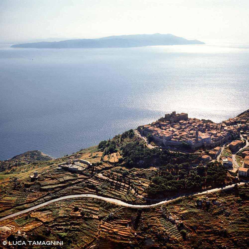 Il borgo di Giglio Castello dal cielo (foto aerea)