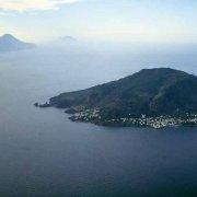 Foto Mare Sicilia. Isole Eolie Isola di Panarea dal cielo