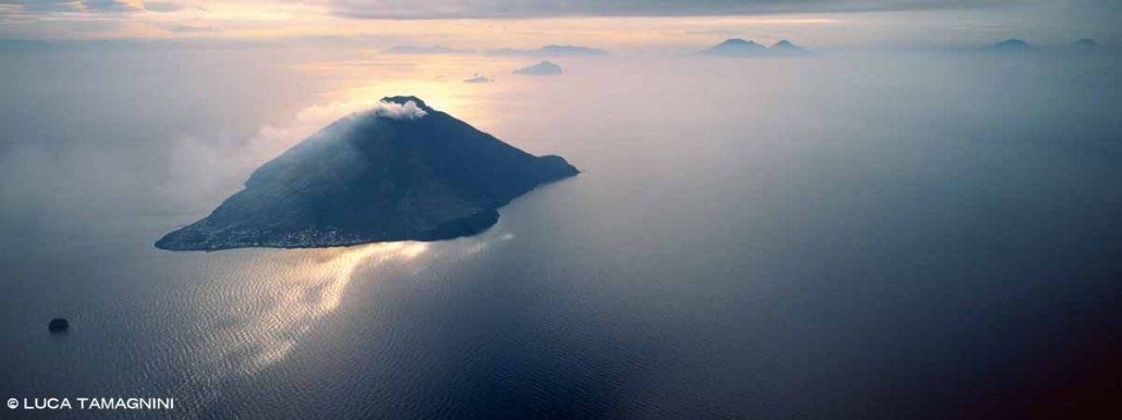 Foto Mare Sicilia. Isole Eolie Isola di Stromboli dal cielo