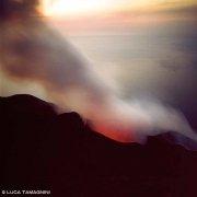 Isole Eolie Isola di Stromboli cratere in eruzione il mare sullo sfondo