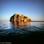 Foto Golfo di Napoli. Isolotto di Ischia Minore, Castello Aragonese dal mare
