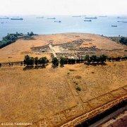Gli scavi archeologici di Megara Iblea dal cielo sullo sfondo petroliere nella rada di Augusta
