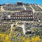 Selinunte Acropoli e Tempio C dal cielo mare sullo sfondo