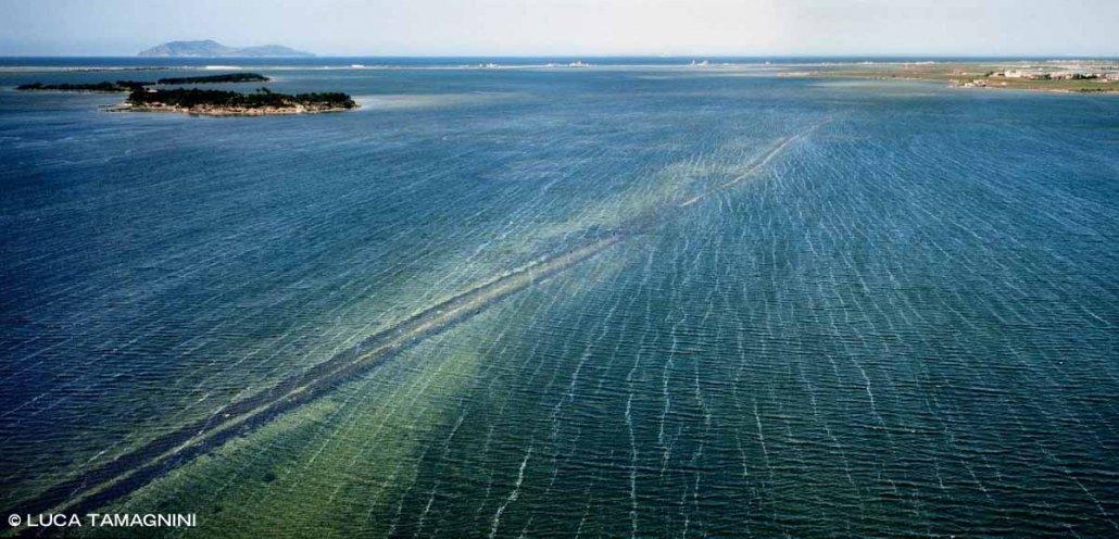 Marsala, Stagnone di Marsala Strada Fenicia sommersa che collegava l'Isola di Mozia foto aerea a bassa quota