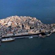 L'Isola di Ortigia, Il centro storico di Siracusa ripreso dall'elicottero. Foto aerea.