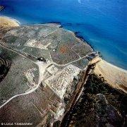 Gli scavi archeologici della città greca antica di Eloro nei pressi della costa del Lido di Noto. Foto aerea a volo d'uccello.