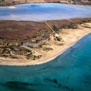 Vendicari spiaggia e stagni visti dal cielo. Foto aerea a volo d'uccello.