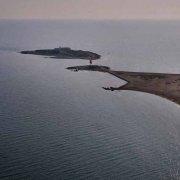 Portopalo Isola delle Correnti dal cielo mare in controluce