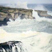 Foto Mare Sicilia. Siracusa tempesta sulle scogliere nei pressi del Monumento ai caduti dAfrica