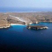 Isole Pelagie Isola di Lampedusa isola dei Conigli dal cielo. Foto aerea a volo d'uccello.
