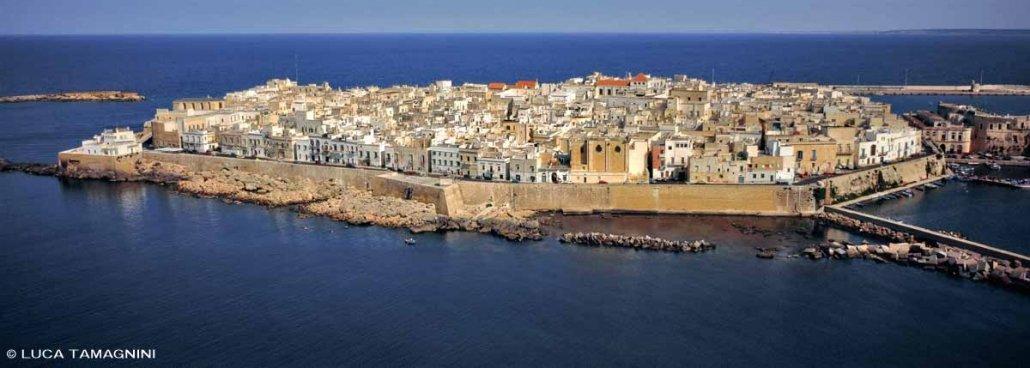 Foto Mare Salento. Gallipoli il centro storico isola dal cielo.