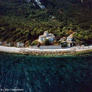 Monte Conero, Chiesa Santa Maria di Portonovo in riva al mare vista dal cielo