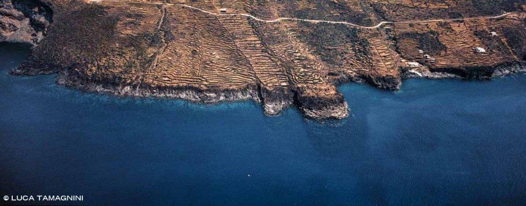 Isola di Pantelleria Nikà Terrazzamenti sulla costa visti dal cielo a volo d'uccello. Foto aerea.