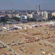 Rimini grattacielo la città la spiaggia con ombrelloni visti dal cielo