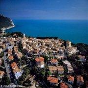 Il borgo sul mare di Sirolo visto dall'elicottero