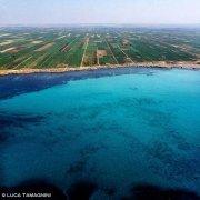 Foto Mare Sicilia. Mazara del Vallo vigne sulla costa dal cielo mare trasparente e colorato di azzurro e turchese