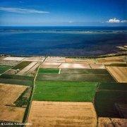 Puglia, campi coltivati, il Lago di Lesina e il mare dal cielo