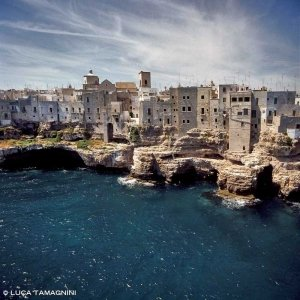 Polignano a Mare, le case a picco sul mare riprese dall'elicottero