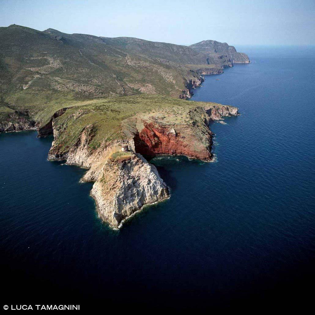 Arcipelago Toscano, foto Isola di Capraia, Torre dello Zenobito e Cala Rossa dal cielo (foto aerea)