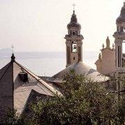 Laigueglia Chiesa di San Matteo sullo sfondo il mare e la sagoma lontana di Isola Gallinara