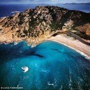 Sardegna, Il promontorio e la Spiaggia di Monti Russu ripresa dal cielo (foto aerea) / Luca Tamagnini Catalogo 1992-040