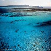 Sardegna, Il mare turchese del Passo dei Fornelli dal cielo sullo sfondo l'Isola Piana e Stintino / Luca Tamagnini Catalogo 1992-048