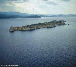 Sardegna, Isola di Serpentara dal cielo sullo sfondo la costa sarda (foto aerea)