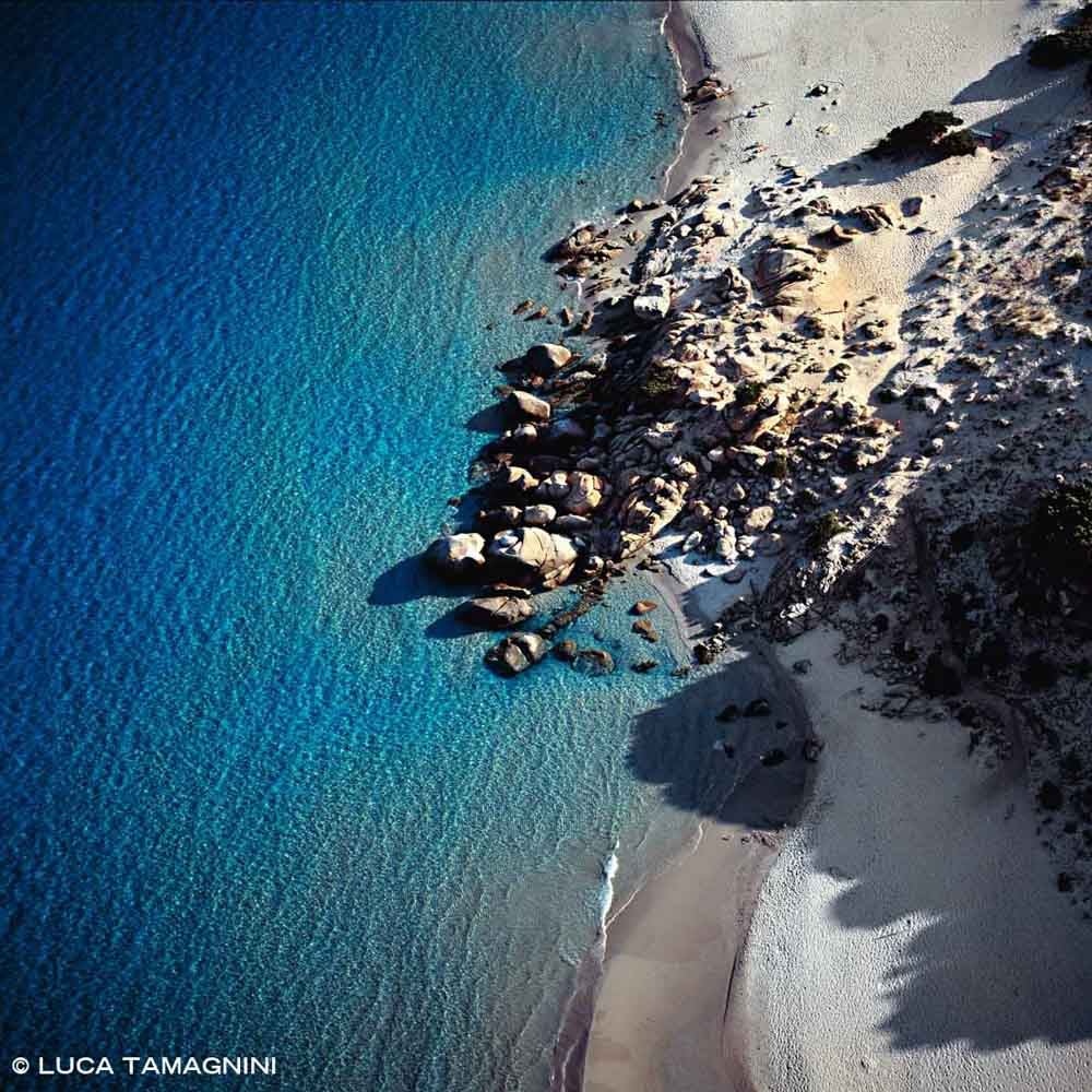Sardegna, Villasimius Spiaggia di Simius dal cielo con il mare di Porto Giunco e scogli di granito (foto aerea)