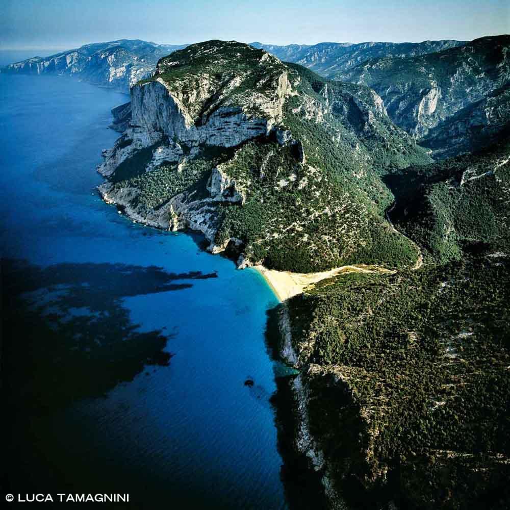 Sardegna, Golfo di Orosei Cala Sisine dal cielo (foto aerea)