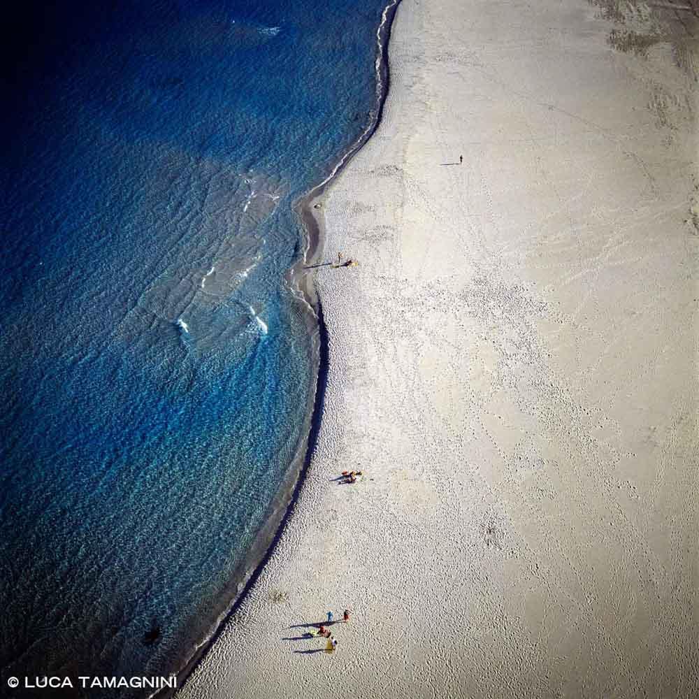 Sardegna, Villasimius Spiaggia Timi Ama dal cielo con pochi bagnanti (foto aerea)
