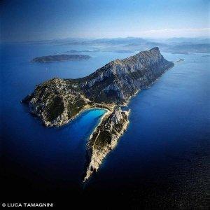 Isola di Tavolara Punta Timone e Cala di Levante dal cielo (foto aerea) (Foto Mare Sardegna / Catalogo Luca Tamagnini)