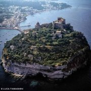 Isola di Ischia Isolotto di Ischia Minore Castello Aragonese dal cielo